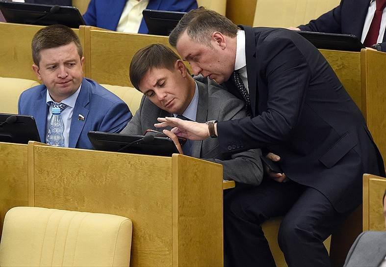Внимание на выражения лица персонажа слева 9gag, государственная дума, депутат, депутаты, идиотизм, опозорить страну, позор, политики