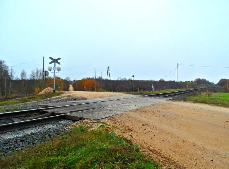 Всегда осматривайте железнодорожные пути, даже если семафор мигает лунным светом и шлагбаум поднят - техника может сломаться, а поезд будет ехать. автомобили, всячина, интересное, полезное, советы