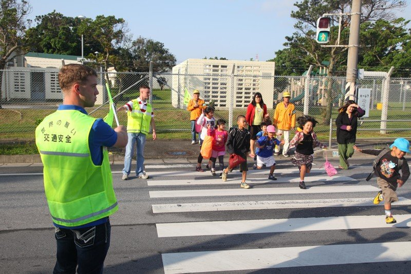Если вы видите на тротуаре/обочине детей ( с родителями или без) - тормозите в обязательном порядке. Предсказать траекторию движения и его последующие поступки невозможно - он может побежать в любую секунду. Поэтому тормозите, без вариантов автомобили, всячина, интересное, полезное, советы