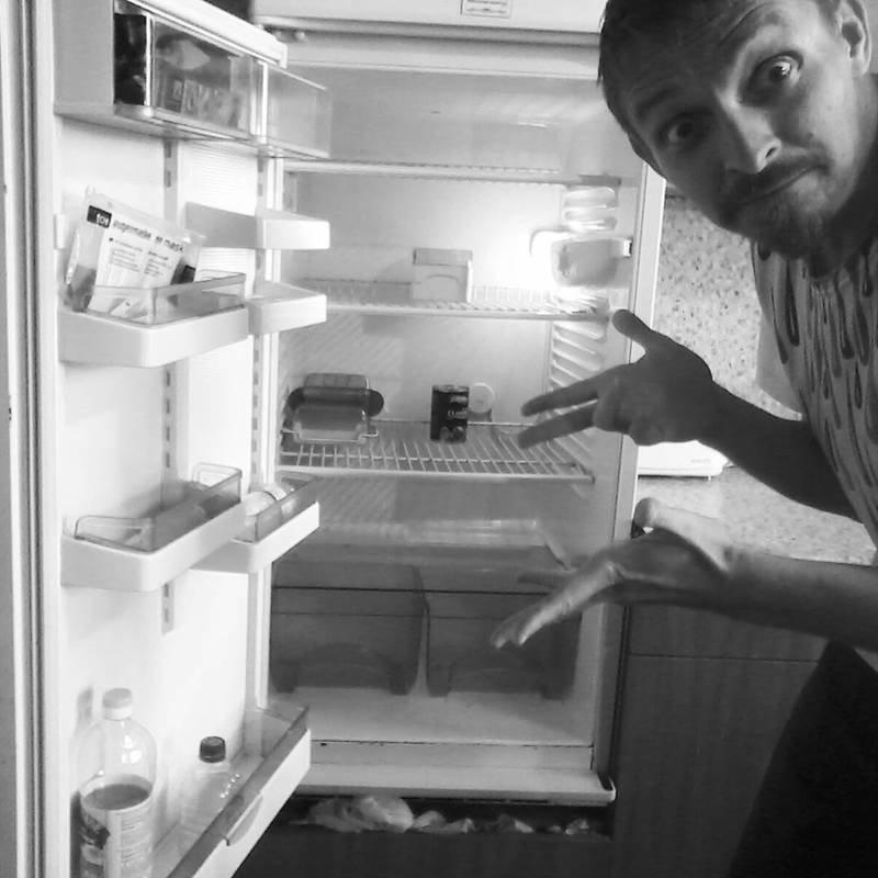Впрочем, иногда случается и такое. Когда вернулся из командировки и надеешься, что в холодильнике каким-то волшебным образом появится еда вольная птица, одиночки, сам по себе, холостяки