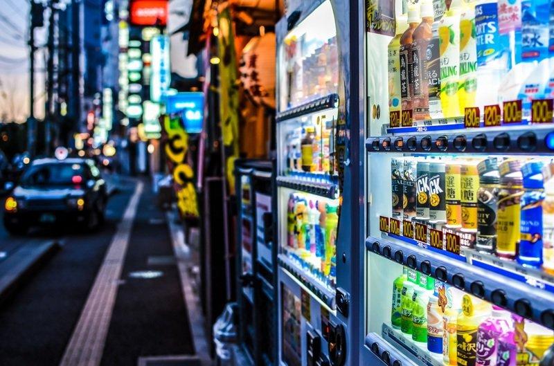 9. Торговые автоматы в Японии находятся практически на каждом углу. Помимо снеков и напитков, они продают всё, что душе угодно: от живых лобстеров до женского нижнего белья в мире, интересное, полезно, путешествия, страна, факты, фото, япония