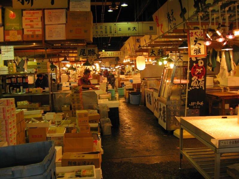 17. В Токио расположен крупнейший в мире рыбный рынок - Tsukiji Market. Не секрет, что японцы обожают морепродукты. Рынки рыбы и морепродуктов здесь - особая часть культуры. в мире, интересное, полезно, путешествия, страна, факты, фото, япония
