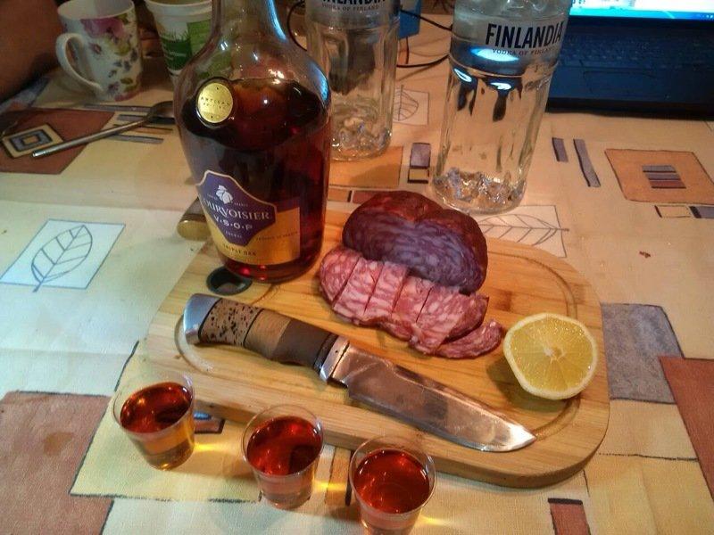 новый фото стола с алкоголем и закуской дома значок