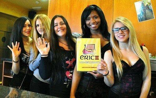 Парни наказывают девушку блондинку официантку