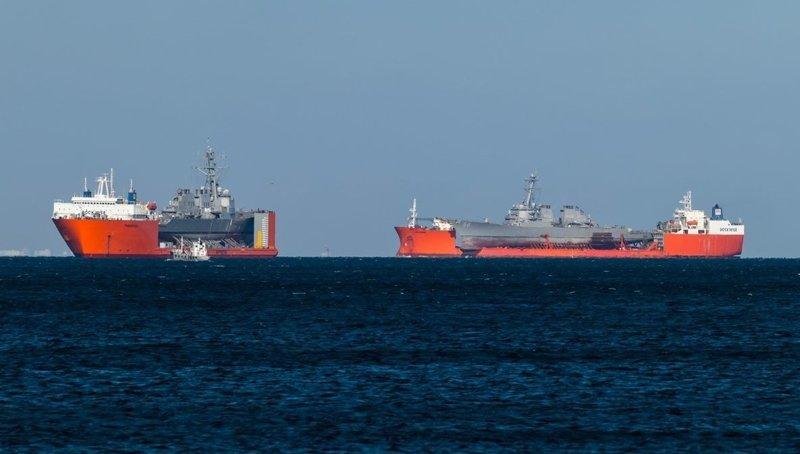 Перед вами поразительное зрелище военных кораблей, размещенных на огромных грузовых судах M/V Treasure и M/V Transhelf в мире, военное, интересно, корабли, корабль, перевозка
