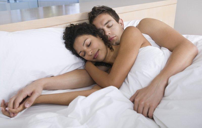 Жена снимает мужа вещи лежит в кровати