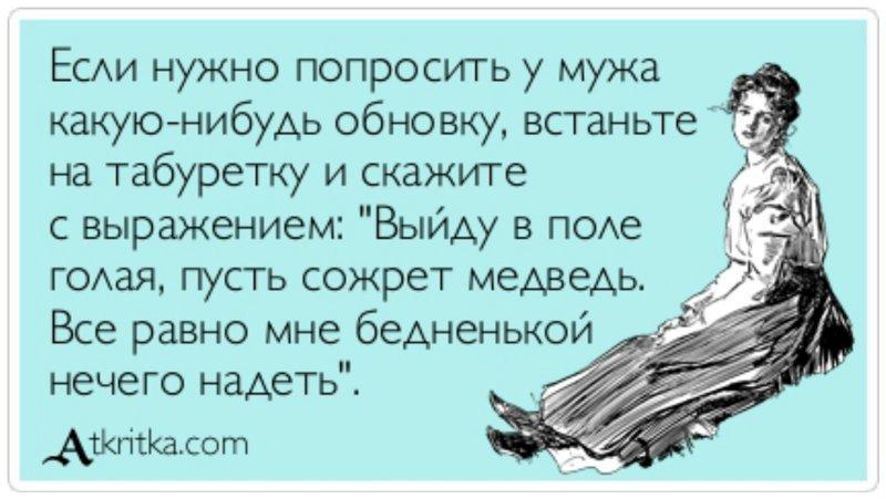 devushka-na-fone-shkafa