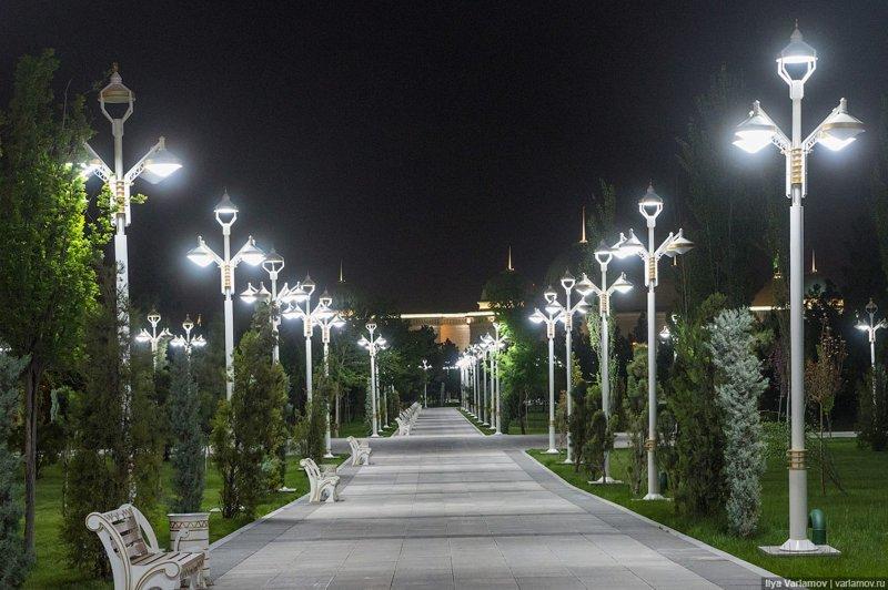 Это парадный парк в центре города, которым любуются туристы. Ашхабад, пыль в глаза, туркменистан