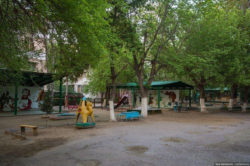 А это обычный детский садик в столице страны. Как видно, с советских времен мало что изменилось. Ашхабад, пыль в глаза, туркменистан
