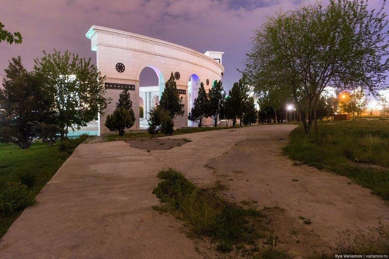 Но стоит зайти за арку, как начинается банальный бардак. Ашхабад, пыль в глаза, туркменистан