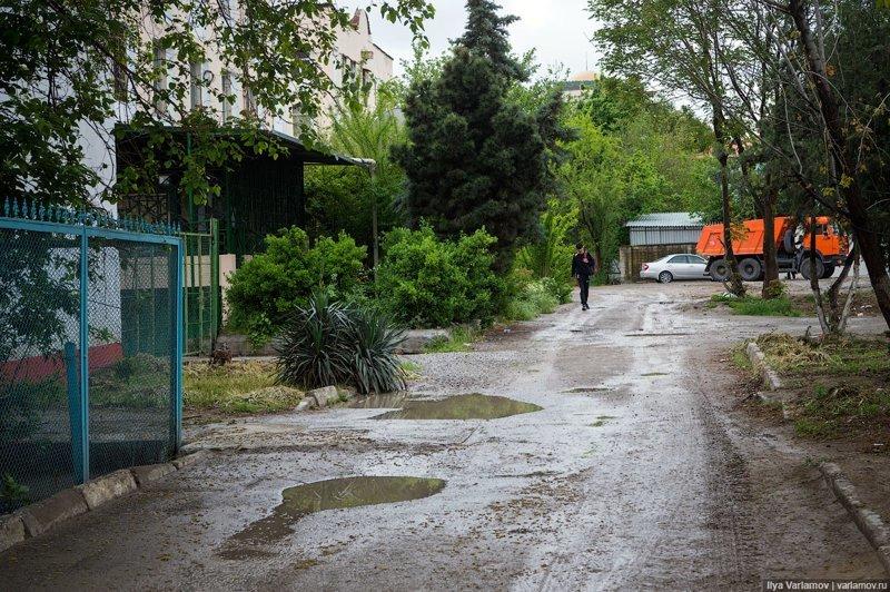 Во дворах Ашхабада асфальт есть не всегда. Ашхабад, пыль в глаза, туркменистан