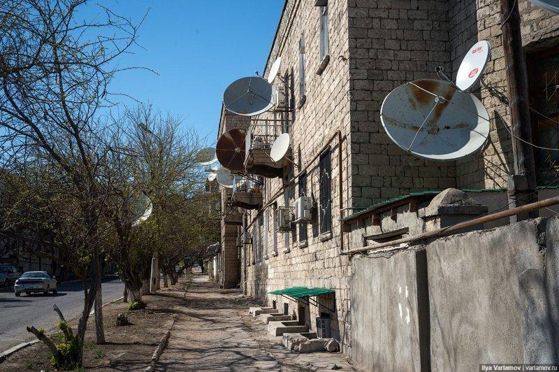 Туркменистан строят не для людей, а для открыток. В Туркменистане нет ни одного хорошего двора. Это гораздо важнее, чем все эти безумные здания и статуи. Ашхабад, пыль в глаза, туркменистан