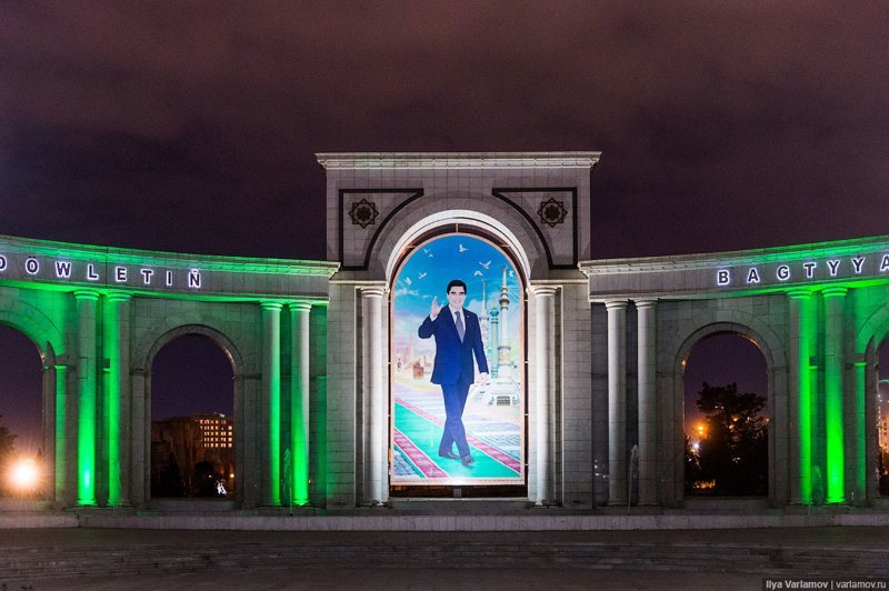 Парадная часть, фонтаны и разноцветная подсветка. На нас взирает мудрый правитель Гурбангулы Мяликгулыевич Бердымухамедов, да осветится путь его и луною, и солнцем, да возблестит на нем одежда славы! Ашхабад, пыль в глаза, туркменистан