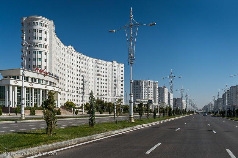 Из окна машины все эти беломраморные здания действительно кажутся фантастическими. Глядя на эти картинки люди, не бывавшие в Туркменистане, восхищаются и потом рассказывают, какая там красота. Ашхабад, пыль в глаза, туркменистан