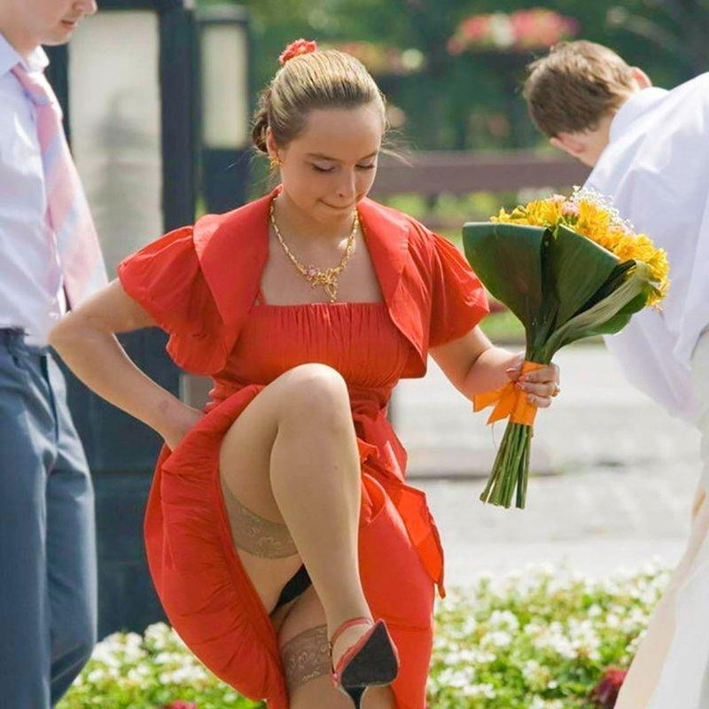 На свадьбе у невесты видно трусики — pic 13