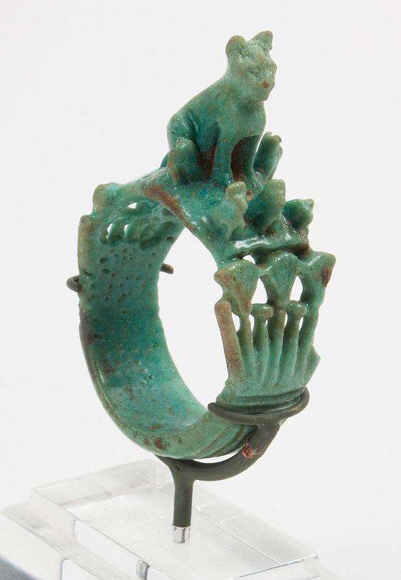 Редкое древнее египетское фаянсовое фигурное кольцо; темно-зеленое синее кольцо фаянса, Новое королевство, династия 18-19-го года, стол, смоделированный крупным сидячим котом (Bastet), окруженный маленькими кошками, замысловато детализированный древний египет, искусство, красота, невероятное, удивительное, ювелирное