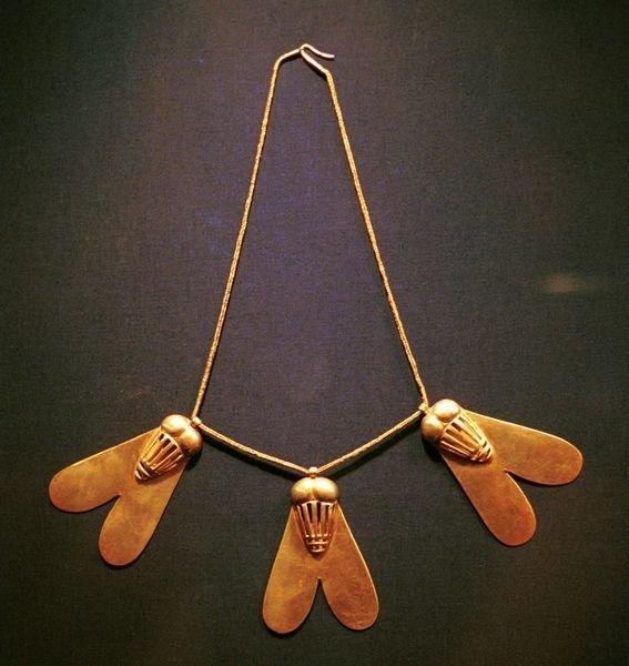Это ожерелье с тремя подвесками в виде мух было подарено царице Яххотеп ее двумя сыновьями Камосом и Яхмосом I в благодарность за ее поддержку в борьбе за освобождение от владычества гиксосов. древний египет, искусство, красота, невероятное, удивительное, ювелирное