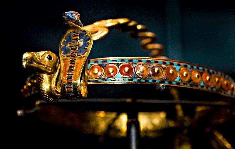 Золотая диадема с изображением грифа и кобры, инкрустирована стеклом, обсидианом, сердоликом, малахитом, халцедоном и лазуритом. Восемнадцатая династия, правление Тутанхамона (1332—1323 годы до н. э.). Фивы, Долина царей, гробница Тутанхамона древний египет, искусство, красота, невероятное, удивительное, ювелирное