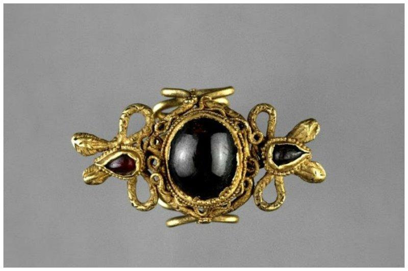 Золотое кольцо в виде извивающихся змей с большим гранатом. Египет. 3 век до н.э. древний египет, искусство, красота, невероятное, удивительное, ювелирное