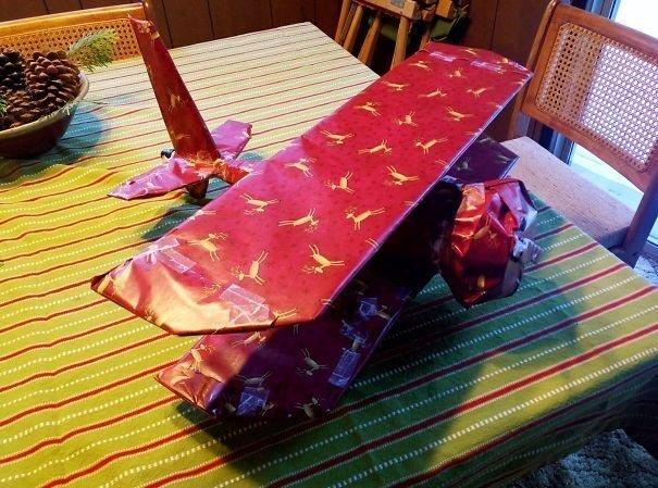 """""""Мой друг завернул вантуз в виде самолёта"""" забавно, новый год, подарок, тролль, упаковка, юмор"""
