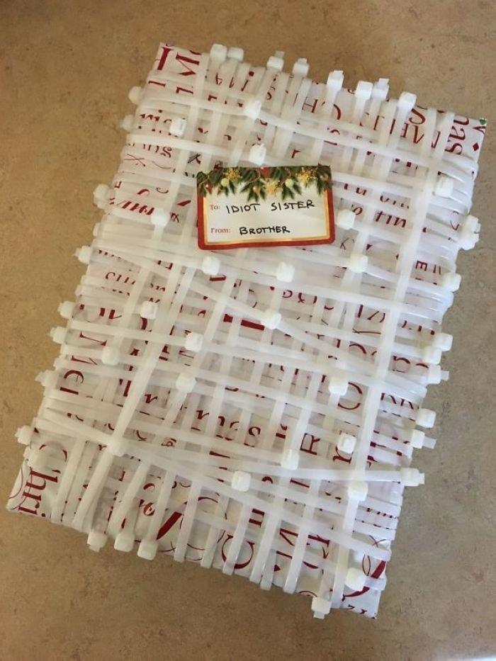 100 пластиковых стяжек — лучшая упаковка для подарка! забавно, новый год, подарок, тролль, упаковка, юмор