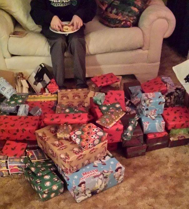 """""""Мой брат в шутку сказал бабушке, что хотел бы на Рождество 100 вещей из магазина «Все по доллару». Бабушка не любит, когда её испытывают.."""" забавно, новый год, подарок, тролль, упаковка, юмор"""