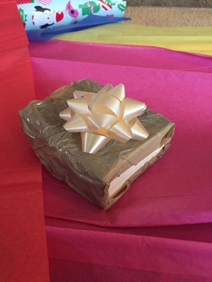 """""""Купил своей жене на Рождество ожерелье. Парень спросил меня, хотел бы я упаковать подарок. Я ответил да, и попросил его сделать так, чтобы он выглядел настолько ужасно, насколько это возможно. Он достал рулон скотча и сказал: Как пожелаете, сэр"""" забавно, новый год, подарок, тролль, упаковка, юмор"""