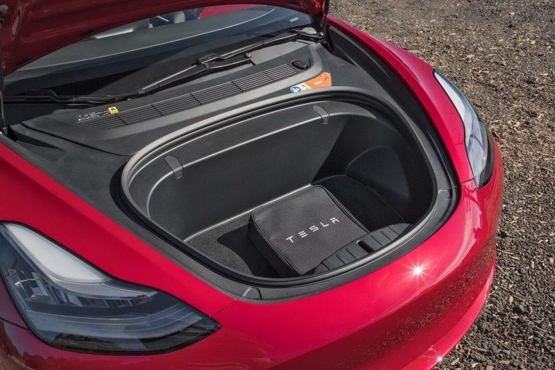 Спереди и сзади расположились багажные отделения с общим объемом – 425 литров. Даже с появлением полноприводной версии, обещают, что полезный объем не уменьшится Model 3, Tesla model 3, tesla, авто, автомобили, тест-драйв, электрокар, электромобиль
