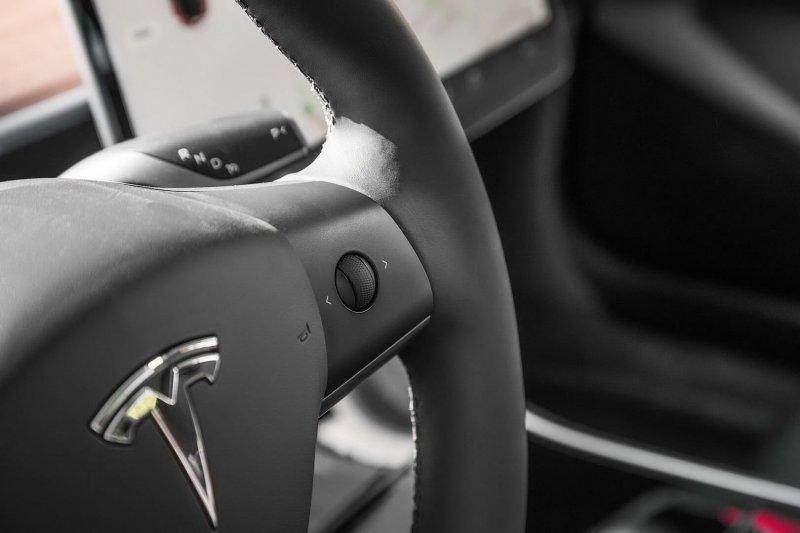 Управление различными системами также осуществляется через джойстики, расположенные на руле Model 3, Tesla model 3, tesla, авто, автомобили, тест-драйв, электрокар, электромобиль