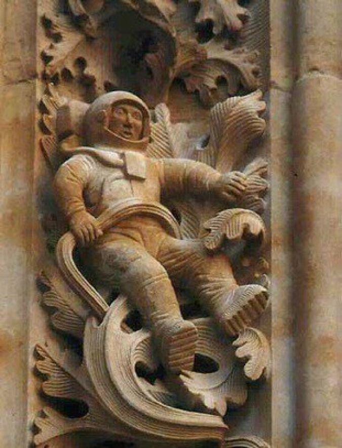 Внутри великолепного Собора Иеронимуса, построенного Эпископом де Саламанкой в 1102 году нашей эры, среди увлекательной резьбы мифических животных и святых мы находим... астронавт НАСА археология, загадки, нло, предки, рисунки, тайны, ученые, фрески