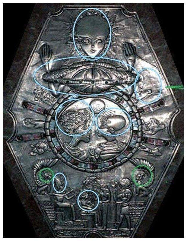 Медальон, найденный в гробнице в Древнем Египте в 2003 году, обнаруженный археологом профессором Уинвудом. По оценкам, его возраст около 13 000 лет. Ученые считают, что реликварий - это карта нашей галактики. археология, загадки, нло, предки, рисунки, тайны, ученые, фрески