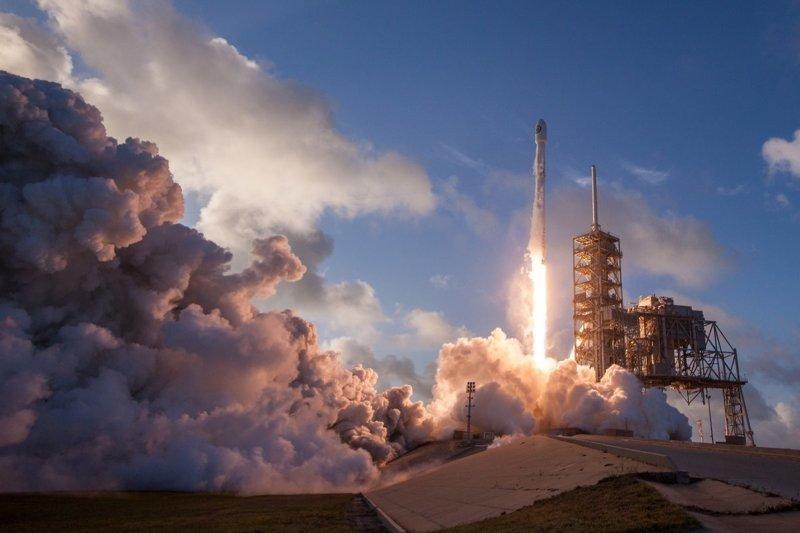 SpaceX успешно испытала многоразовый ракетный ускоритель 2017, в мире, интересное, космос, наука, научные открытия, планета, ученые