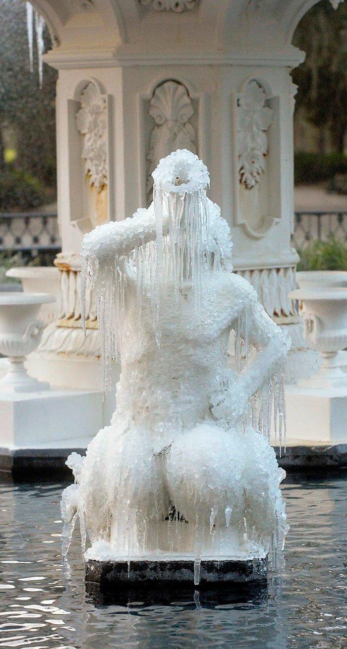 14. Фонтан в парке Форсайт, штат Джорджия канада, мороз, погода, сша, фото, холод, явление