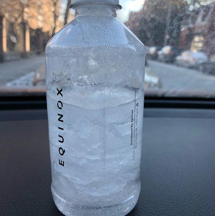 27. Бутылка с водой, оставленная в машине на ночь канада, мороз, погода, сша, фото, холод, явление