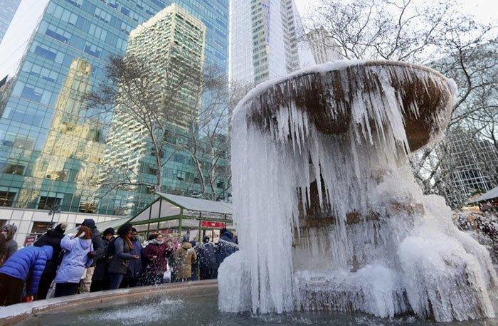 23. Замерзший фонтан в Нью-Йорке канада, мороз, погода, сша, фото, холод, явление