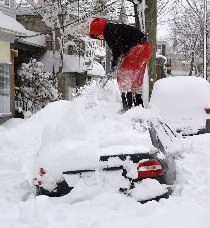 30. Женщина раскапывает машину в Эри, штат Пенсильвания канада, мороз, погода, сша, фото, холод, явление