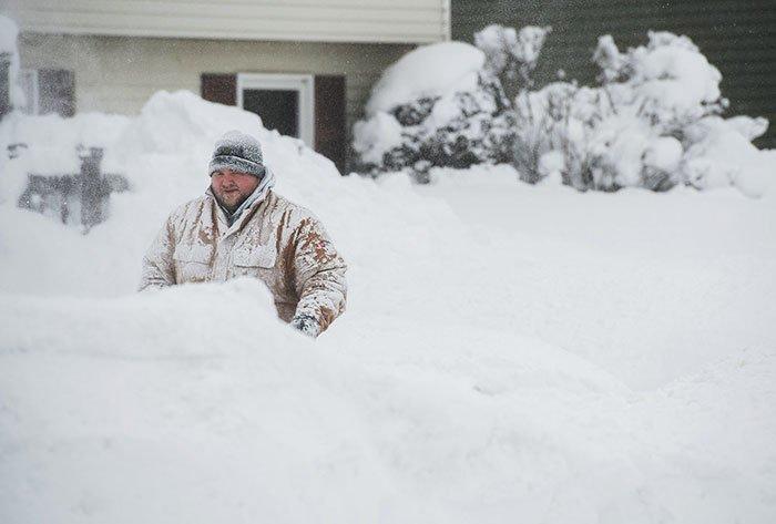 22. Мужчина пробирается сквозь снег канада, мороз, погода, сша, фото, холод, явление