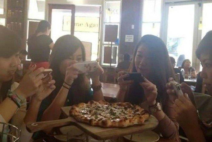 Этикет XXI века: никто не начинает есть, пока еда не будет сфотографирована и выложена в Instagram гаджеты, зависимость, прикол, юмор
