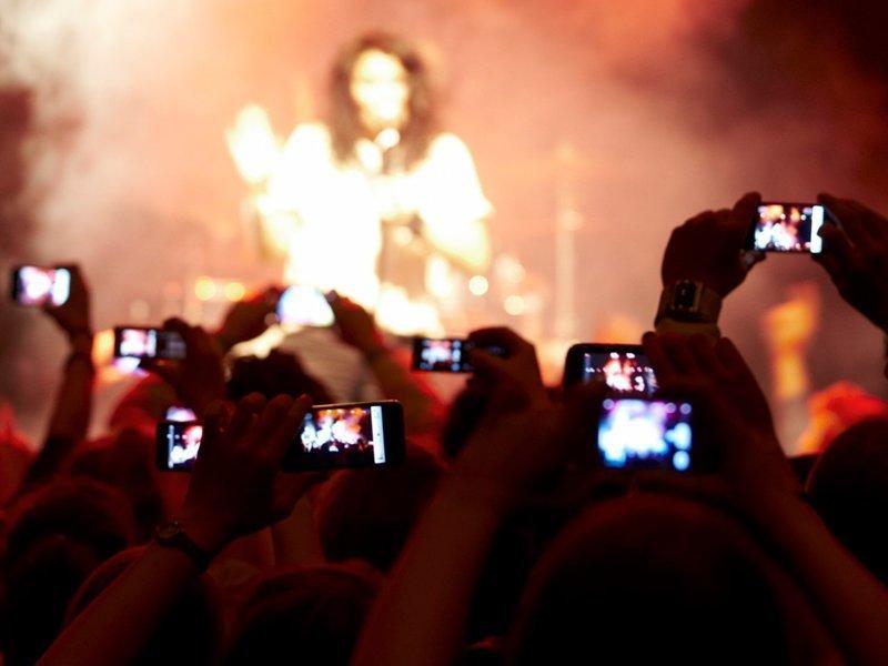 А вот так теперь выглядят все концерты в мире гаджеты, зависимость, прикол, юмор