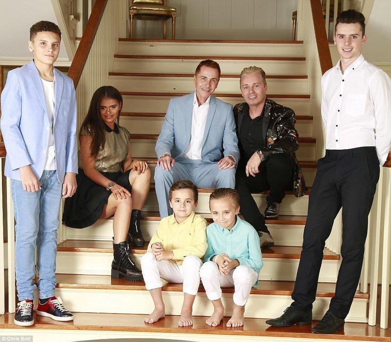 Саффрон со своими отцами Барри (сидит справа) и Тони Дрюитт-Барлоу, а также с братьями (слева направо) Орландо, Далласом, Джаспером и Аспеном Отцы и дочери, великобритания, геи, миллионеры, однополый брак, отцы и дети, суррогатные дети