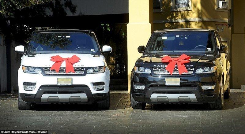 На свое восемнадцатилетие Саффрон получила белый Range Rover, а ее брату-близнецу Аспену подарили такой же автомобиль, но черного цвета Отцы и дочери, великобритания, геи, миллионеры, однополый брак, отцы и дети, суррогатные дети