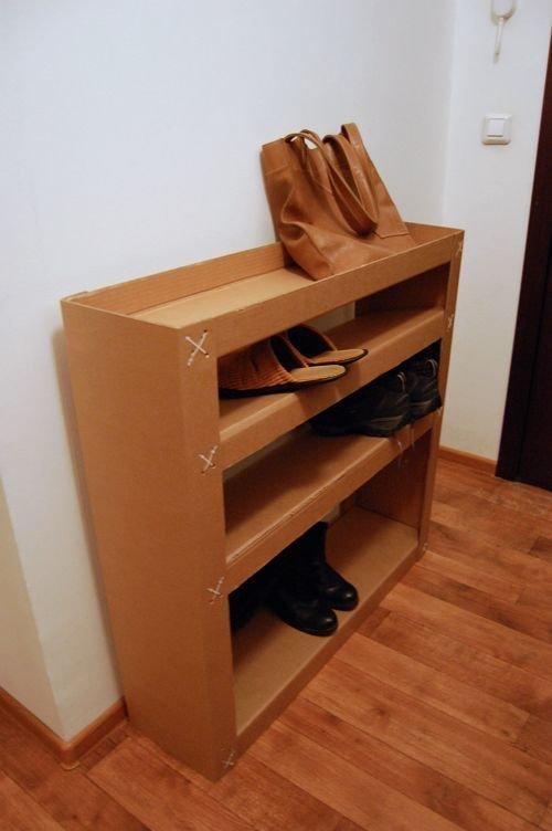 12. Полка для обуви. Идеально подойдет, если вы недавно въехали в квартиру и не успели купить все необходимое идеи, интересно, мастер на все руки, своими руками, сделай сам, фото