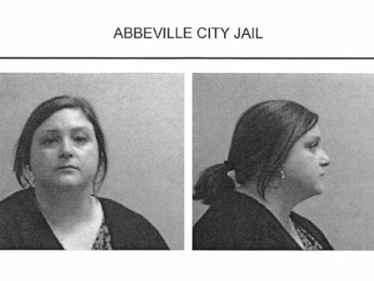 Учительницу взяли под арест после жалобы на зарплату (3 фото + 1 видео)