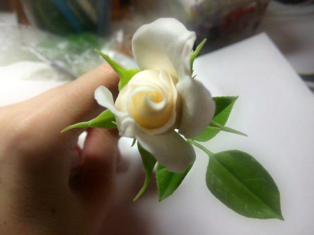 делаем бутончики изготовление цветка, лепка розы, рукоделие с процессом, создание розы из фарфора, цветы из глины