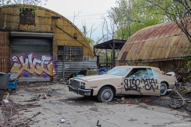 На территории выселенного авторынка. Эту машину расплющили бульдозером. америка, нью-йорк, олдтаймер, ретро авто, ретро автомобили, сша, фото, фотографии