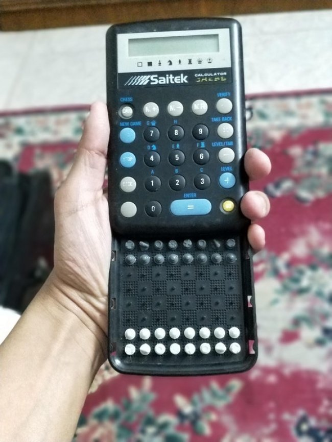 Калькулятор со встроенной шахматной доской. Но удивительнее всего то, что все фигуры на месте необычные вещи, прикол, фото