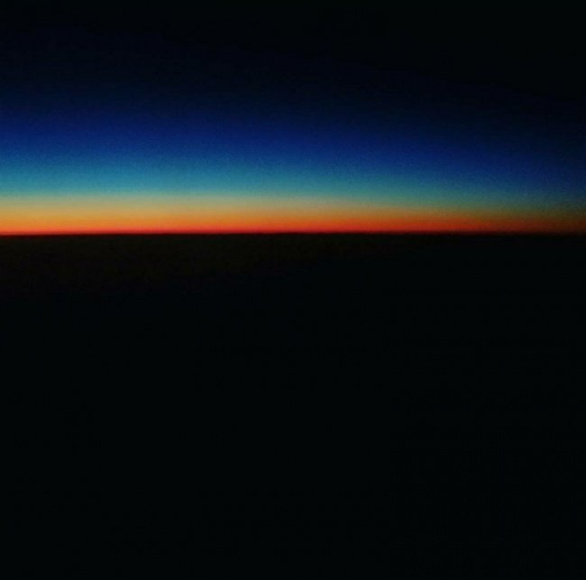 Закат с борта самолета напоминает обложку альбома Pink Floyd необычные вещи, прикол, фото