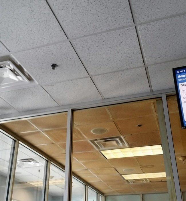 Потолок в курительной комнате аэропорта: наглядная разница между обычным помещением и тем, в котором курят необычные вещи, прикол, фото