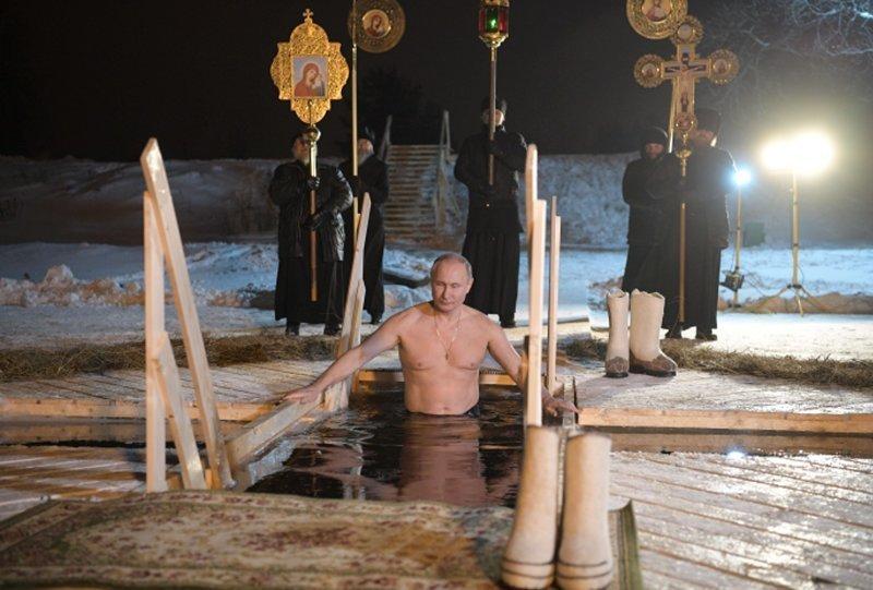 Путин окунулся в прорубь в монастыре на Селигере