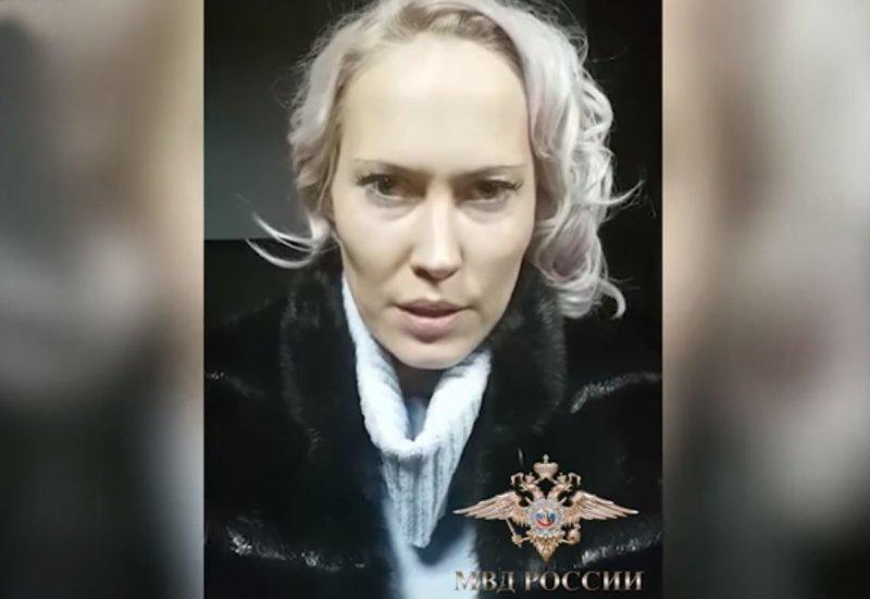 Пожилая женщина демонстрирует свое тело на камеру видео